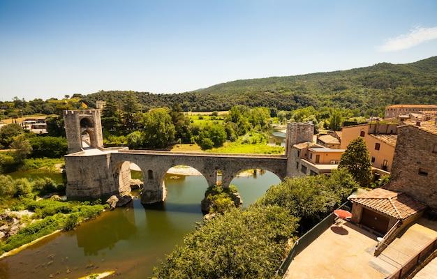 Średniowieczny most z wieżą bramy. besalu