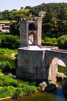 Średniowieczny most z wieżą bramy