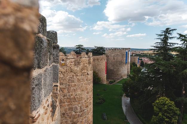 Średniowieczny, otoczony murami kompleks miasta avila. widok ze szczytu ściany.