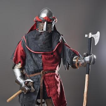 Średniowieczny rycerz na szaro