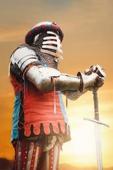 Średniowieczny rycerz pozujący z mieczem