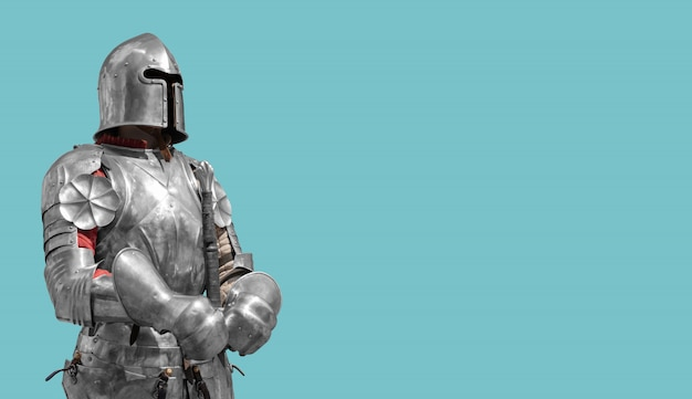 Średniowieczny rycerz w błyszczącej metal zbroi na błękitnym tle.