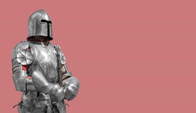 Średniowieczny rycerz w błyszczącej metalowej zbroi na kremowym tle.
