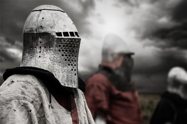 Średniowieczny rycerz w zbroi