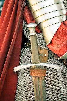 Średniowieczny rycerz. zbliżenie miecza i zbroi