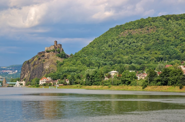 Średniowieczny wieżowiec strekov w północnych czechach