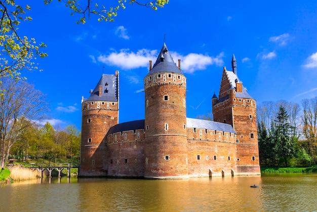 Średniowieczny zamek beersel. belgia