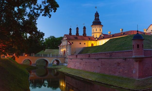 Średniowieczny zamek w białoruskim mieście nieśwież na białorusi.