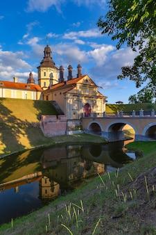 Średniowieczny zamek w białoruskim mieście nieśwież w słoneczny letni dzień na białorusi.