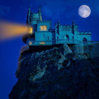 Średniowieczny zamek w nocy. halloween w tle jaskółcze gniazdo,