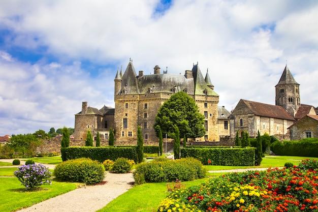 Średniowieczny zamek we francji, w departamencie dordogne