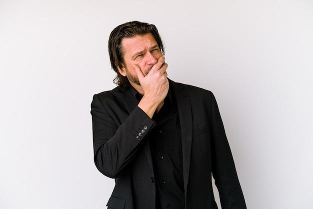 Średniowieczu holenderski mężczyzna na białym tle na białej ścianie zamyślony patrząc na przestrzeń kopii obejmującej usta ręką.