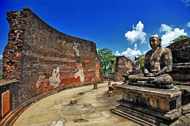 Sri lanka podróże i zabytki - ruiny posągu buddy w starożytnym mieście polonnaruwa w świątyni vatadage