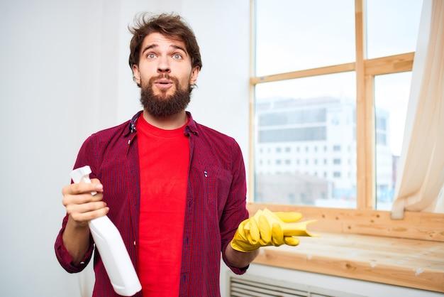 Środek czyszczący z gumowymi rękawiczkami do czyszczenia okien.