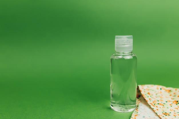 Środek dezynfekujący i maska koloru na stole.