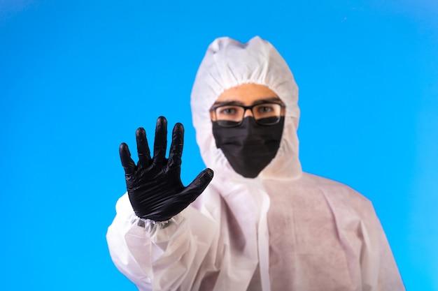 Środek dezynfekujący w specjalnym mundurze ochronnym zatrzymuje niebezpieczeństwo nadchodzące z przodu