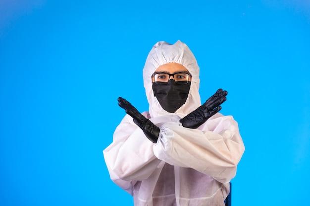 Środek dezynfekujący w specjalnym mundurze zapobiegawczym odmawia gestami rąk