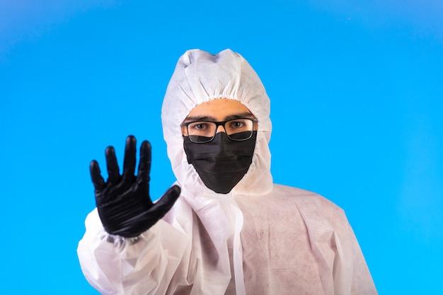Środek dezynfekujący w specjalnym mundurze zapobiegawczym zatrzymuje niebezpieczeństwo.