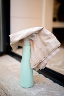 Środek dezynfekujący z szmatką na stole