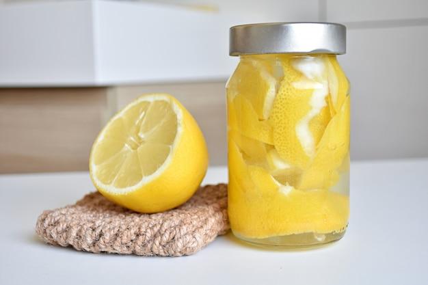Środek do czyszczenia łazienki lub kuchni ze skórki cytryny i octu, odświeżacz powietrza, czyszczenie bez odpadów.