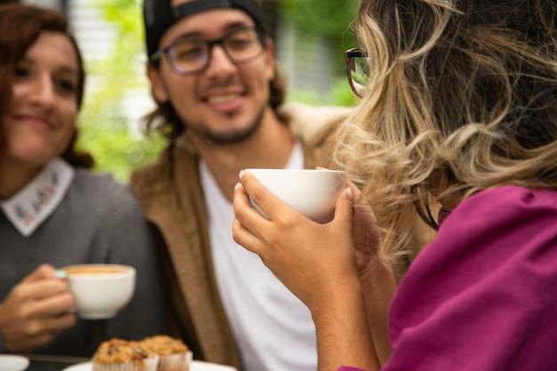 Środek strzelający kobieta trzyma kawowego kubek
