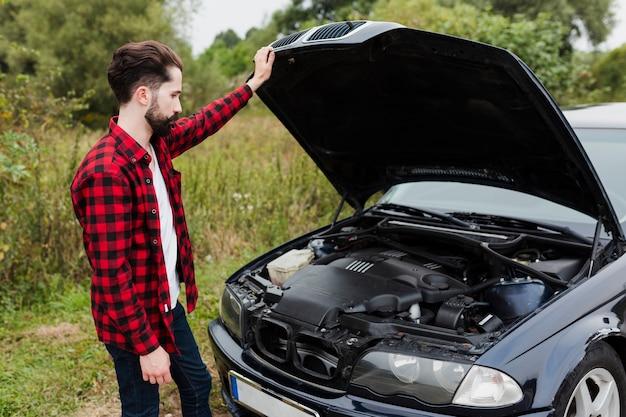 Środek strzelający mężczyzna sprawdza silnik
