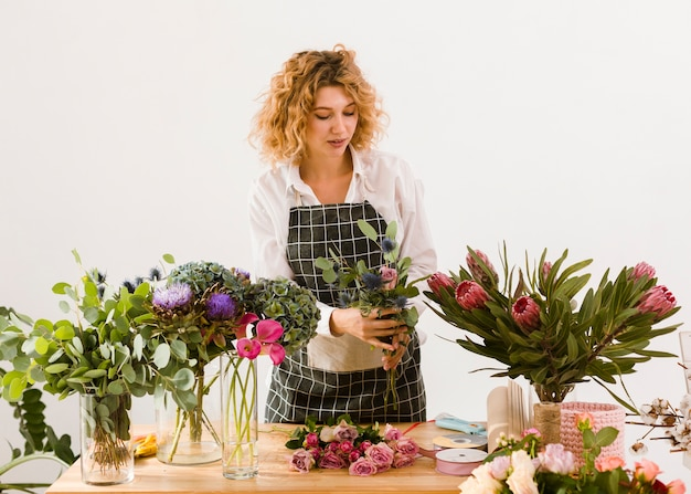 Środek strzelał kobiety pracuje przy kwiatu sklepem