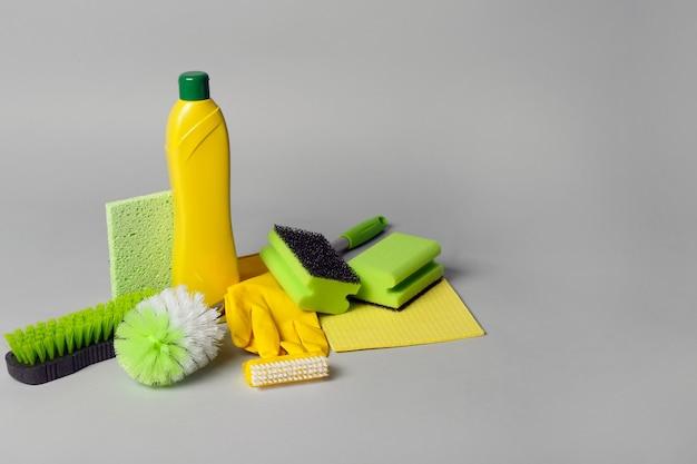 Środki czyszczące na szarym tle