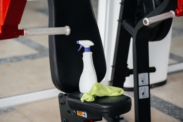 Środki dezynfekujące do czyszczenia siłowni podczas pandemii.