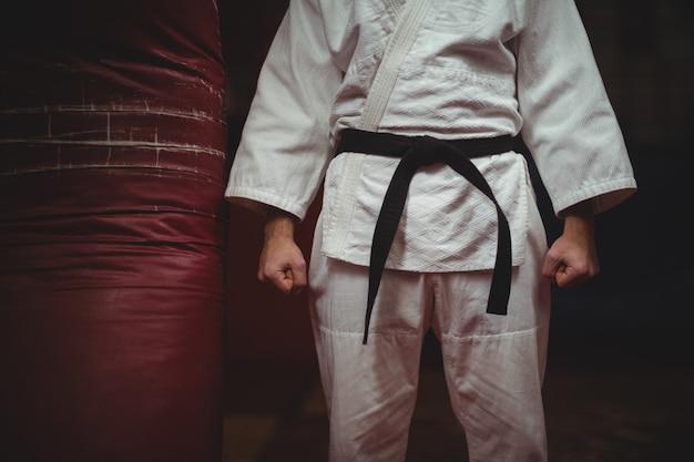Środkowa część gracza karate robi pięść
