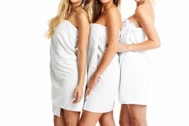 Środkowa część pokazująca grupę przyjaciół w ręcznikach?