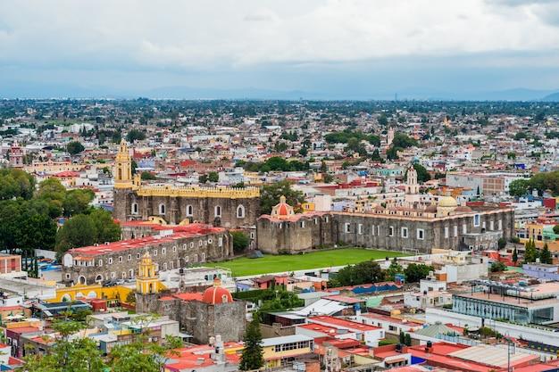 Śródmieście cholula, miasto puebla w meksyku widziane z góry.