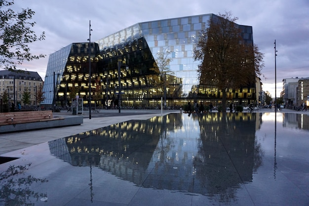 Śródmieście freiburg im breisgau, niemcy. nowoczesna szklana fasada budynku biblioteki uniwersyteckiej.