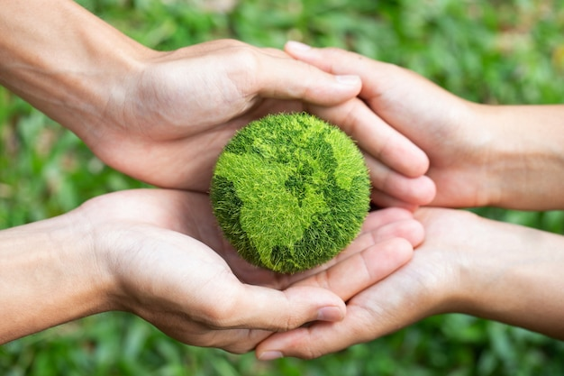 Środowisko dzień ziemi dwie ręce trzymające razem zieloną ziemię