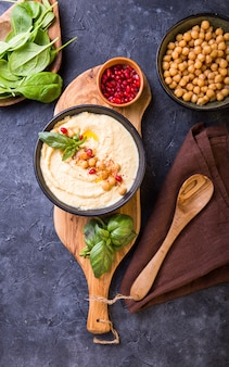 Śródziemnomorska płyta mezze z hummusem, fasolą i szpinakiem.