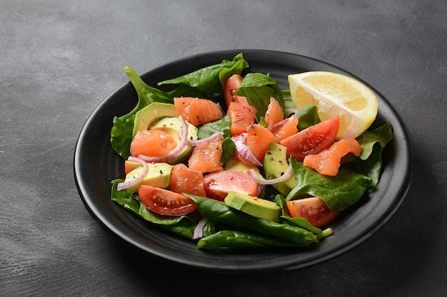 Śródziemnomorska sałatka z łososiem i awokado ze szpinakiem