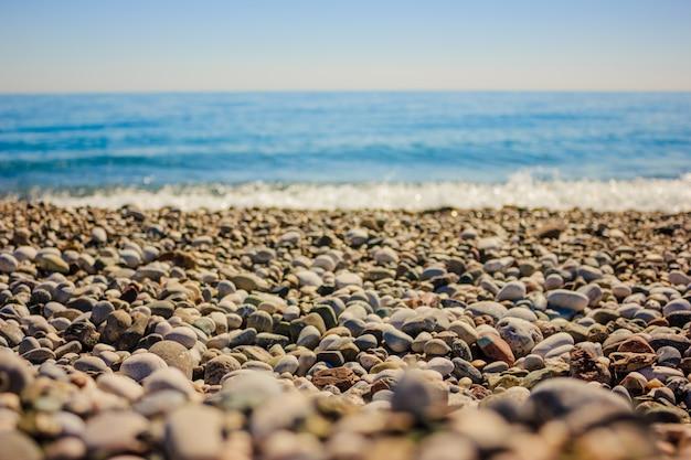 Śródziemnomorski krajobraz w antalya, turcja. błękitne morze, fale i żwirowa piaszczysta plaża