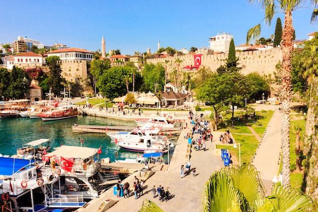 Śródziemnomorski krajobraz w antalya. widok na góry, morze, jachty i miasto