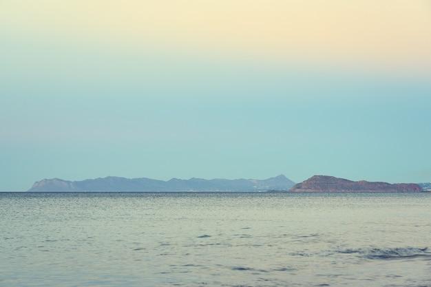 Śródziemnomorskie wybrzeże krety opada we mgle na horyzoncie. skopiuj miejsce.