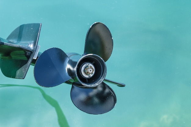 Śruba łodzi motorowej nad wodą