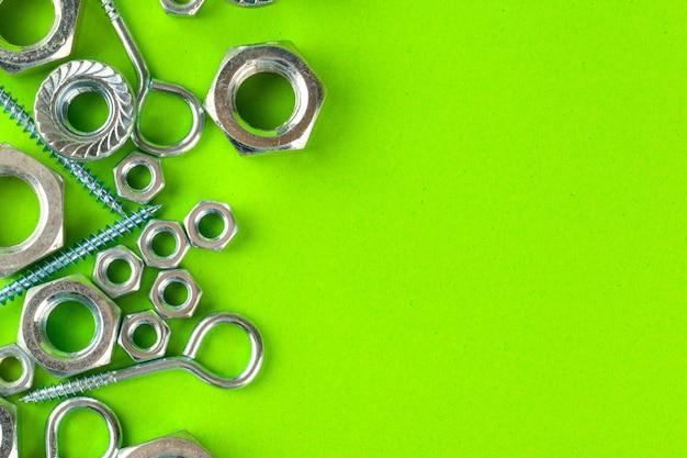 Śruby i nakrętki na zielono