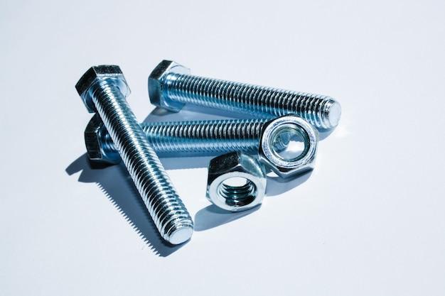 Śruby i nakrętki, śruby i nakrętki na białym tle, narzędzia, zestaw śrub metalowych na białym tle