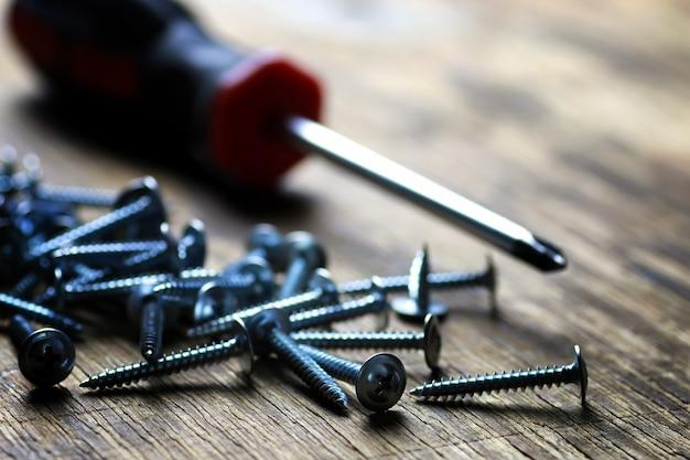 Śruby i stos śrubokrętów