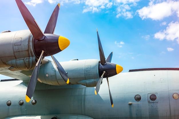 Śruby samolotów towarowych. samolot towarowy z dwoma silnikami turbośmigłowymi