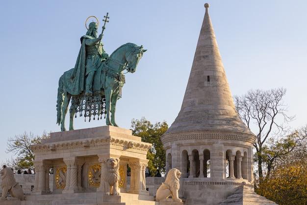 St stephen statua przy fishermans bastionem w budapest, węgry