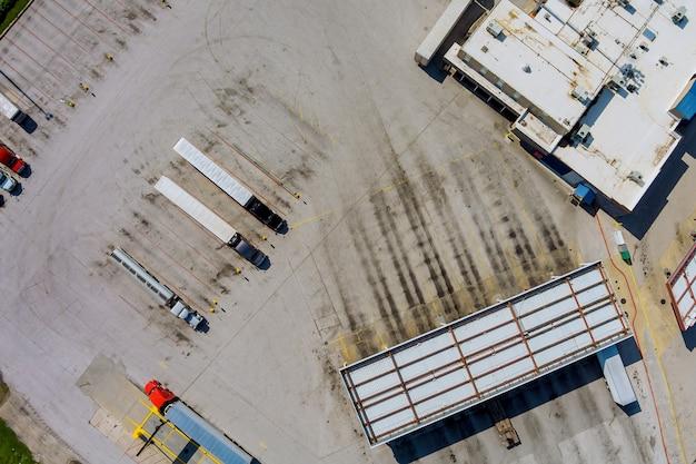 Stacja benzynowa do tankowania pojazdów, ciężarówek i cystern paliwem, benzyną i olejem napędowym w pobliżu autostrady
