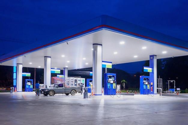 Stacja benzynowa w porze nocnej