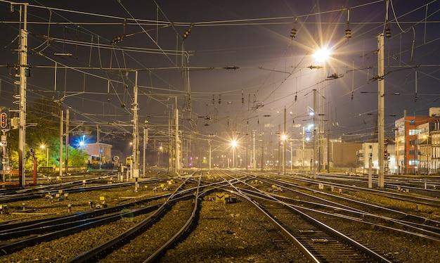 Stacja kolejowa strasburg w nocy we francji