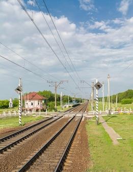 Stacja kolejowa, tory kolejowe i peron dla pociągów.