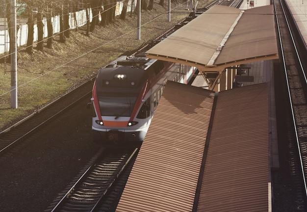 Stacja kolejowa z pociągiem podmiejskim